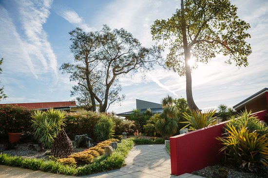 Berry, Australia: Gorgeous gardens, sculptures and seats to relax on