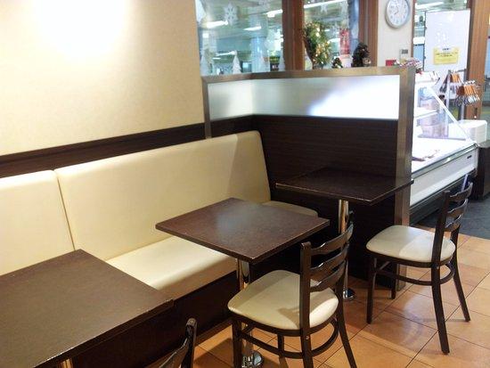Fresh Bakery Kobeya, Takadanobaba Metropia: フレッシュベーカリー神戸屋 高田馬場メトロピア店  イートインコーナー