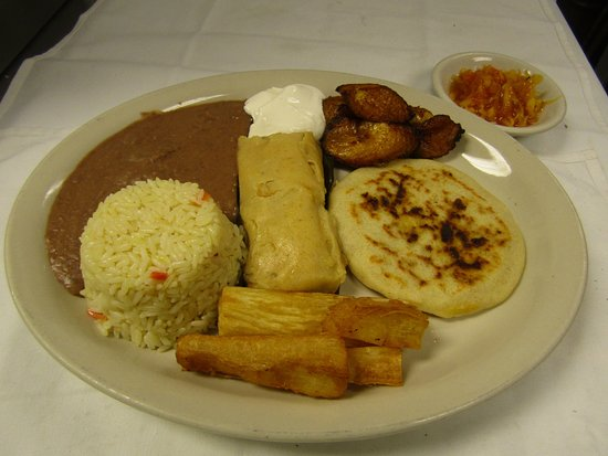 ลินช์บูร์ก, เวอร์จิเนีย: Salvadorean Tipico Guanaco (Chicken Tamal, A Pupusa, Fried Yuca & plantains w/ rice & refried be