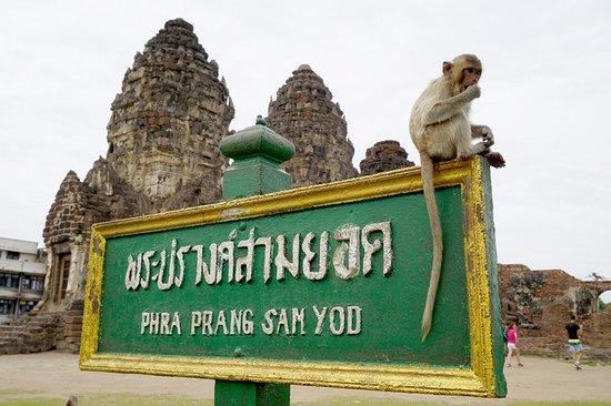 Phra Prang Sam Yot: พระปรางค์สามยอด โบราณสถานที่สวยงาม อยู่ในตัวเมืองจังหวัดลพบุรี