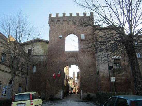 Buonconvento, Italien: Idyllisches Centro storico - Eingang - links ist an der Stadtmauer der Eingang zum Ristorante