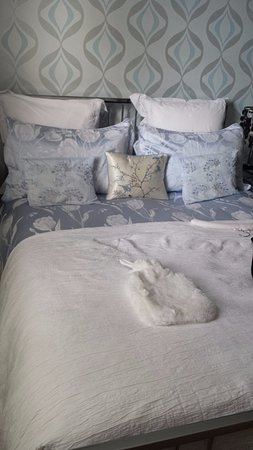 Fleuchary House No. 29: Our very pretty bed in the room - complete with hot water bottle!