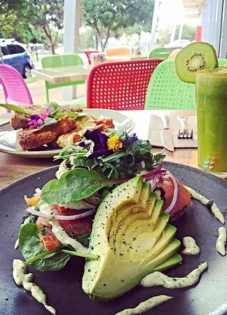 Peregian Beach, Australien: Fresh salads, juices, smoothies, muffins, cakes, raw treats, pastries and so much more!
