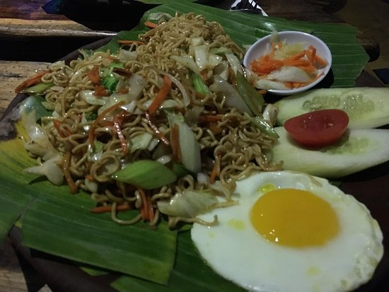 Manggis, Indonesia: Fettuccini with bottled sauce, pretty bland Mei Goreng