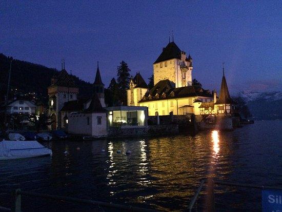 Oberhofen am Thunersee, Schweiz: Restaurant im Kubus neben dem Schloss