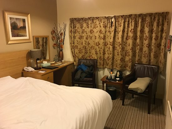Crudwell, UK : A warm comfortable room with an enormous bed.