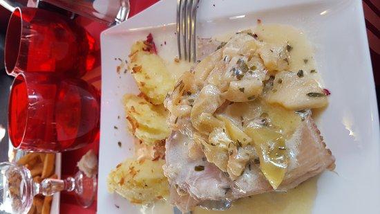 Ouistreham, Francia: Chef innovant. Aie reproduit ses recettes à la maison. Chaud froif saumon/avocat. Crepe sarazin
