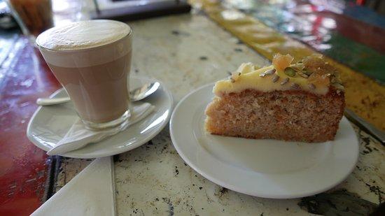 Mareeba, Australia: café latte et cheesecake carottes miam