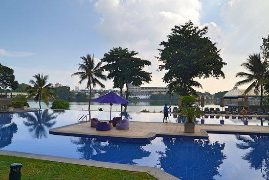 Cinnamon Lakeside Colombo: Large pool - as n most Sri Lankan Hotels