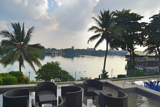 Cinnamon Lakeside Colombo: Sorry looking lake as seen from the Pool
