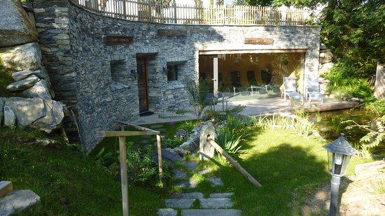 Hotel Cresta: Eingang Lehmsauna, Ruheraum und Terrasse mit Teich