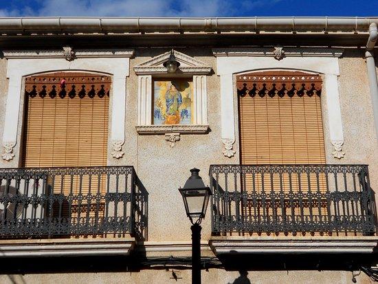 Catral, Espanha: balcones y virgen en azulejo