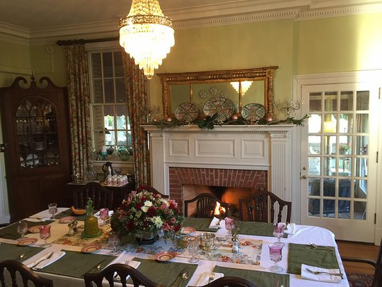 Hornsby House Inn: Dining Room for Breakfast, with a fire