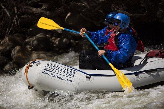 Wofford Heights, Kalifornien: Raft cruising through Limestone Rapid on the Upper Kern river.