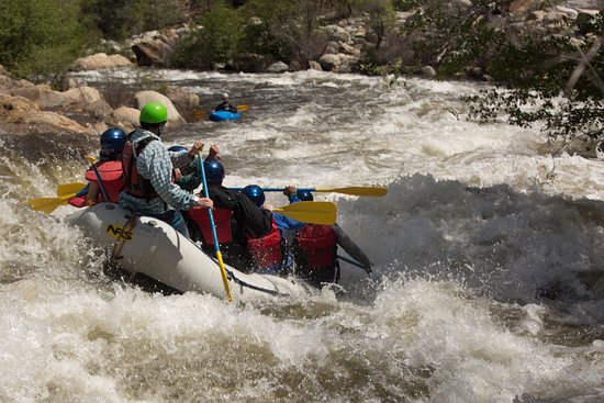 Wofford Heights, Kalifornien: A guide lining up his raft for the hit at Limestone Rapid on our Full Day Upper Kern