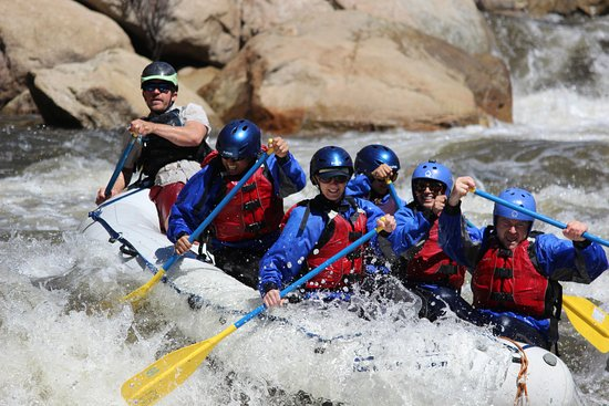 Wofford Heights, Калифорния: Making the move at Joe's Diner, a fun class-IV rapid on our Full Day Upper Kern rafting trip