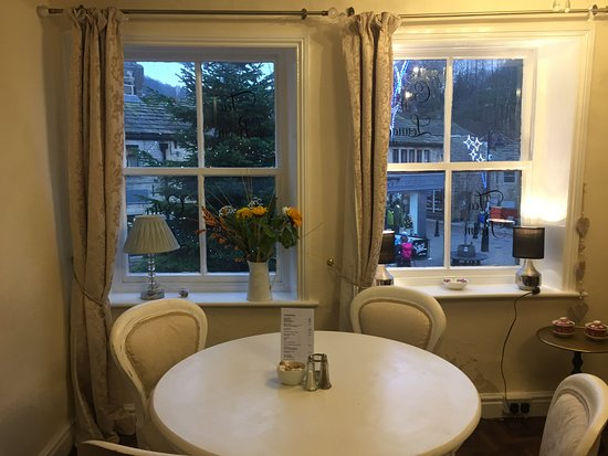 Hebden Bridge, UK: lovely snug area upstairs looking over the Square.
