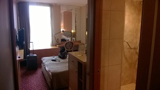 Marmara Hotel Budapest: Stanza , vista dall'ingresso