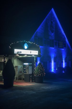 Wedel, Tyskland: The restaurant entrance at night.