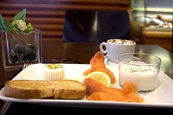 "Majadahonda, İspanya: Desayuno Gourmet ""Nórdico"" (salmón ahumado, tostada integral, queso fresco , yogurt artesano y c"