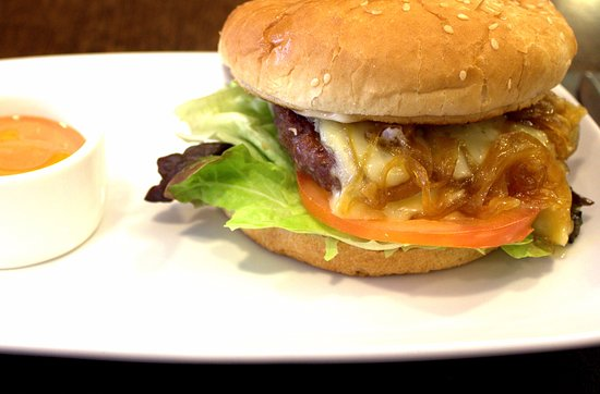 Majadahonda, İspanya: Hamburguesa de brie y cebolla caramelizada (carne de Cercedilla)