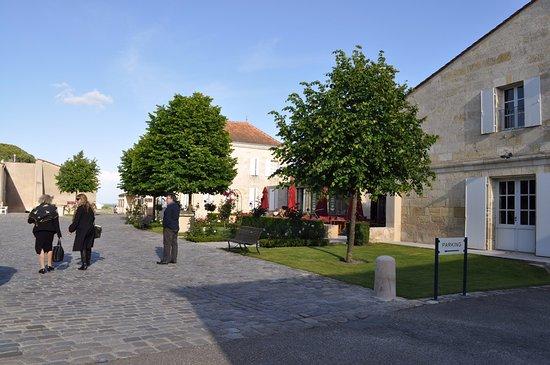 Pauillac, França: accès par une place piétonnière qui laisse quand même accès aux voitures