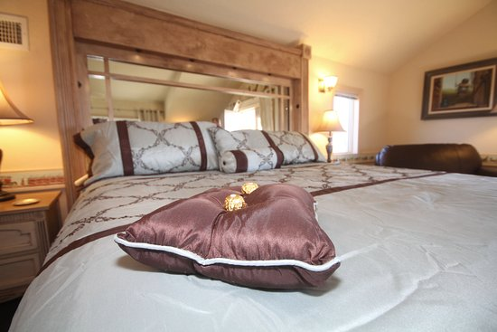 Carriage Vineyards Bed & Breakfast: Luxurious king size bed in the Coachman