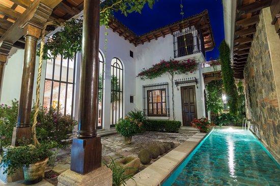 The San Rafael Hotel: Segundo jardín con la fuente iluminada