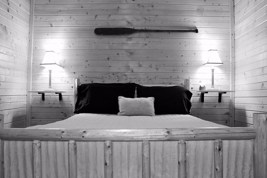 New Lisbon, WI: Cabin - bedroom with queen