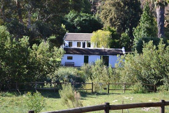 Clanwilliam, Güney Afrika: SWIEL COTTAGE WITH FIVAZ IN BACK GROUND