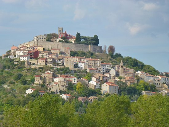 Motovun, Kroatien: city view from down below