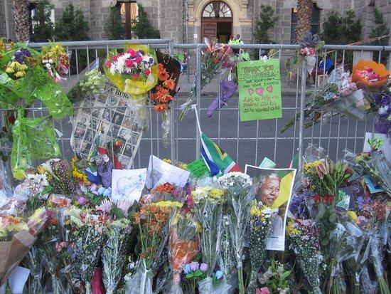 AWOL Tours: Nelson Mandela: memorial devant l'Hôtel de Ville de Cape Town