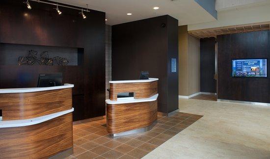 Everett, Etat de Washington : Front Desk Welcome Pedestals