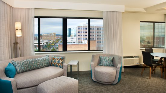 Everett, WA: One Bedroom King Suite City View