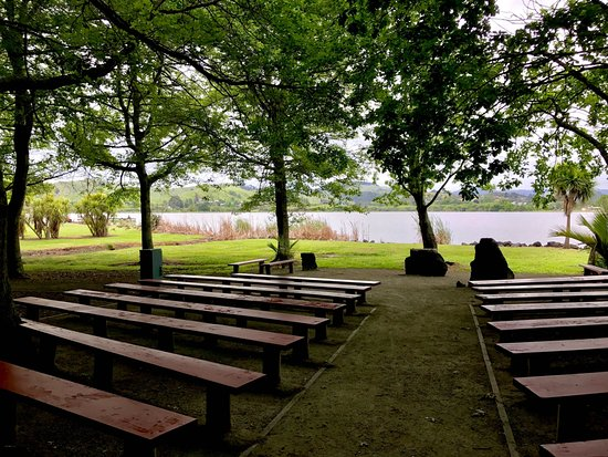 Huntly, Nueva Zelanda: Lakeside chapel reached on walking trail from campgrounds