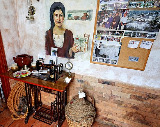 Spilia, Zypern: Just inside the entrance to the Taverna