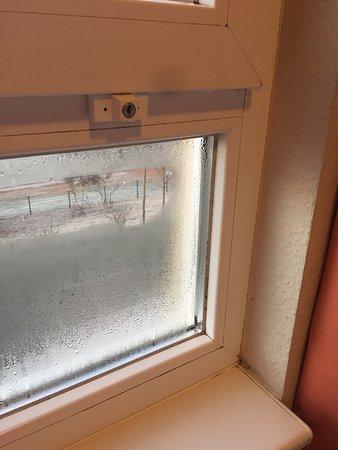 Beschlagene Fenster Im Winter Und Schimmel In Den Ecken Der Fensterbank    Picture Of Nohfelden, Saarland   TripAdvisor