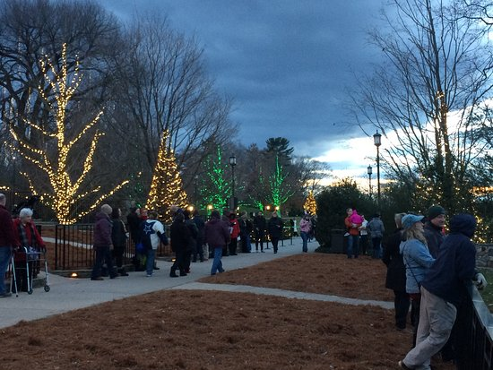 Kennett Square, Pennsylvanie : More crowds enjoying the light display