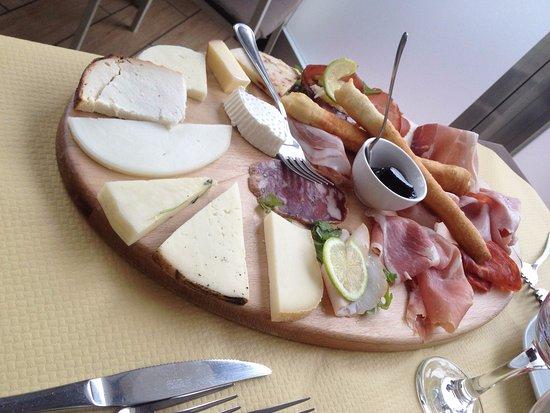 Barcellona Pozzo di Gotto, Italia: antipasto salumi e formaggi