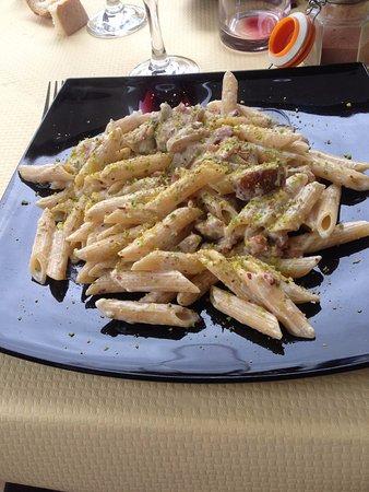 Barcellona Pozzo di Gotto, Italia: pasta con pistacchio, pancetta, funghi e panna
