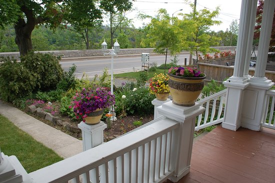 Accommodations Niagara Bed and Breakfast: View from the porch