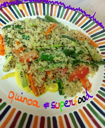 Oderzo, Italia: Quinoa VEG superfood con macedonia di verdure maionese leggera di ceci