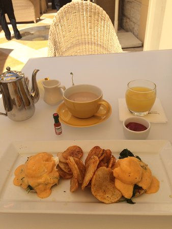 Terrace Pointe Cafe: Crab Cakes Benedict
