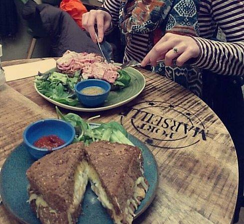 Den Helder, The Netherlands: De tosti vier soorten kaas en broodje beenham (heerlijke sauzen bij beide gerechten), grote port