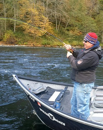 Merlin, Όρεγκον: Steelhead and salmon fishing trips on the Rogue River in Oregon.