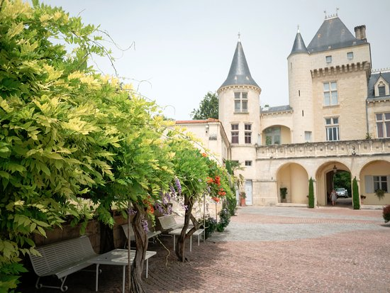 Fronsac, France : Courtyard flowers!