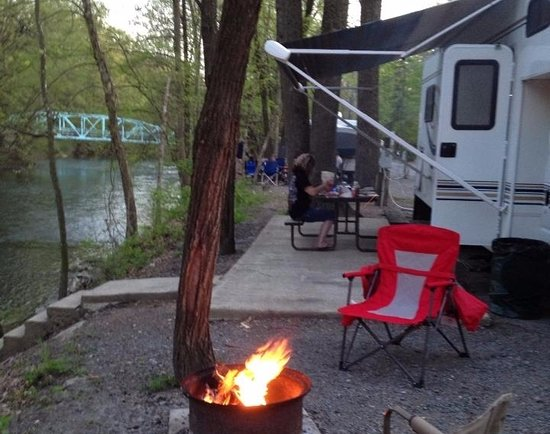 Jonestown, Pensilvania: A creekside campsite