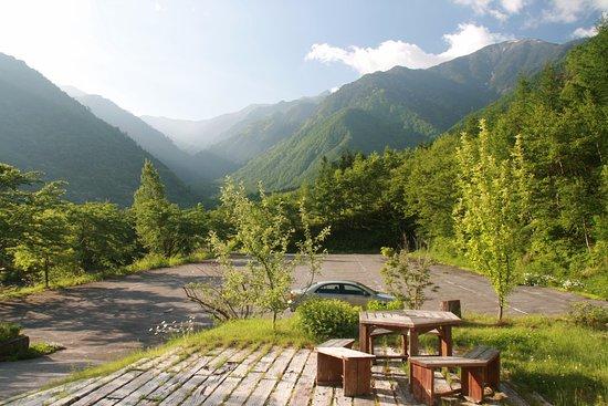 Kiso-machi, Giappone: 玄関前から見た新緑と中央アルプス