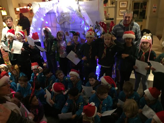 Potters Bar, UK: Carol singers from the cubs & beavers!