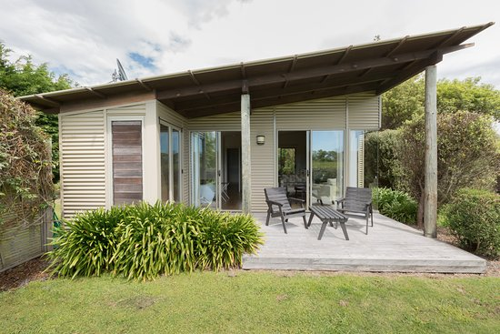 Te Awanga Cottages: Moana Cottage rear deck front-on